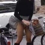 【パンチラ盗撮】強風でスカートがヒラッヒラフワッフワしてる女性を追跡してみた