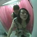 【SEX盗撮】プリクラ内でまさかの交尾www最初は嫌がるもスイッチが入った後の彼女のフェラがドエロい