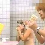 【風呂盗撮】鮮明盗撮 日焼け跡がクッキリの女の子と色白美肌の茶髪ギャル友達同士でお風呂中