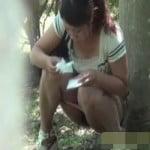 【小便盗撮】トイレに行きたいけど、近くにない! 野外でおしっこする女性を盗撮。