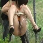 【小便盗撮】野ションしてる女の子を後ろから抱えてみた4 放尿後にインタビューも試みる盗撮師のクズっぷりが半端ないwwww【悪戯盗撮】