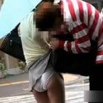 【悪戯盗撮】スカートをワザと引っ掛けて合法的にパンチラ撮影【痴漢盗撮】