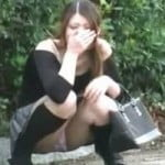 【大便盗撮】アバババババ!街中でお漏らししてしまい、うろたえる女性wwww【小便盗撮】