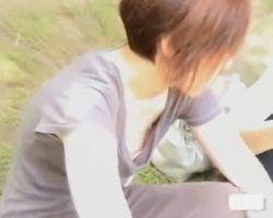 【胸チラ盗撮】公園での乳首チラリ