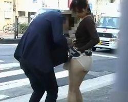 【悪戯盗撮】アクシデントを装って、鞄に引っ掛けスカートめくり【痴漢盗撮】