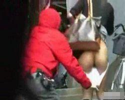 【悪戯盗撮】スカートめくり&パンツ下ろしで女性の生尻晒し上げ!【痴漢盗撮】