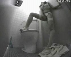 【オナニー盗撮】静かな深夜の病院内トイレで一人悶える看護婦