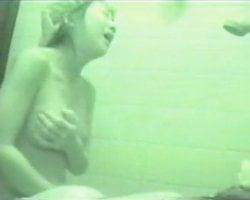 【オナニー隠撮】入浴中の妹を隠し撮りしてたら声を殺しながらオナニーやってた