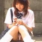 【パンチラ隠撮】携帯操作に夢中になるルーズソックス女子校生のハミ毛パンチラを隠し撮り