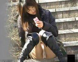 【パンチラ隠撮】街角でM字座りしたお姉さんのマン筋・シミ付パンチラ