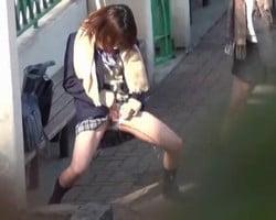 【小便隠撮】「ヤバーい出る出る出る~www」オシッコで戯れる女子校生たち