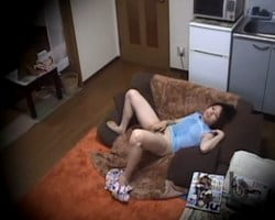 【オナニー隠撮】ムラムラした夏休みの女子大生が一人暮らしの部屋で汗だくオナニー