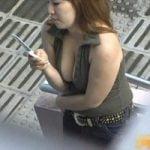 【胸チラ隠撮】携帯に夢中の巨乳美女 服と擦れて押しつぶされた乳首が露出
