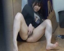 【オナニー隠撮】OLがスーツ着たまま下半身素っ裸でクリオナニー