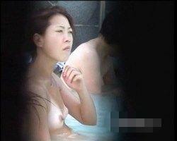 【風呂隠撮】クッキリ日焼跡のついた微乳女性