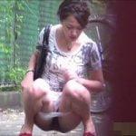 【小便隠撮】「何やってんの!?」野ション中に通行人に見つかってしまった女性www