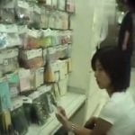 【胸チラ隠撮】HamansWorld売り場で商品物色中の女性たちの胸元をコッソリ隠し撮り