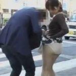 【悪戯隠撮】天才現るwwwスカートに鞄引っ掛け事故を装って大通りでパンチラ晒し上げ【痴漢隠撮】