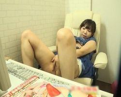 【オナニー隠撮】膣から指を抜かず何度も絶頂するネカフェの淫乱女