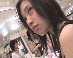 【胸チラ隠撮】接客中、頻繁にパイチラする童顔ショップ店員