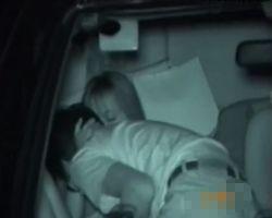 【SEX隠撮】「馬鹿、バレるバレる…」カーsex中のカップルに遭遇し、興奮のあまり間近で覗き込んだ盗撮師たちに一瞬走った緊張