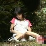 【オナニー隠撮】藪の中でこっそり本気オナニー中の女性を発見!