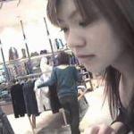 【胸チラ隠撮】美人ショップ店員の乳輪に迫る!