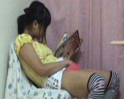 【オナニー隠撮】エロ本片手にオナニー中の女の子をこっそり撮影