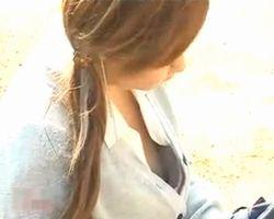 【胸チラ隠撮】携帯に夢中の女の子 開けたブラウスからオッパイが丸見え