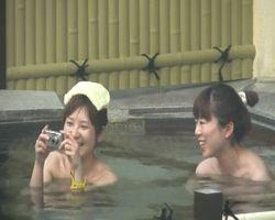 【風呂隠撮】記念にパシャリ!温泉を楽しむ女子旅中の二人をこっそり撮影