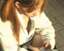 【胸チラ隠撮】携帯に夢中になるギャル女子校生の乳首がチラリ!