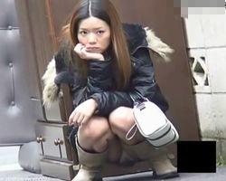 【パンチラ隠撮】街角ミニスカブーツのパンチラ エッチな染み付きパンツもGET!