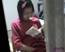 【オナニー隠撮】眼鏡っ娘の読書オナニー