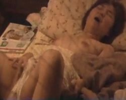【オナニー隠撮】民家オナニー 夢中になってクリトリスをシゴき過ぎて絶頂の瞬間大きな声を漏らしてしまった女性