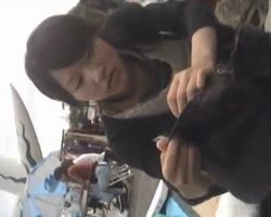 【胸チラ隠撮】フリマ隠し撮り!接客に熱心な売り子たちは胸チラを撮られていることに気付きもしない!