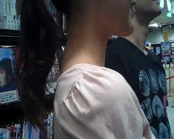 【パンチラ隠撮】某レンタル店に彼氏と一緒に来ていた女性を果敢に狙う!