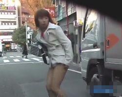 【悪戯隠撮】街中でいきなりスカートめくり!怒る女性のリアクションが秀逸ですwww【痴漢隠撮】