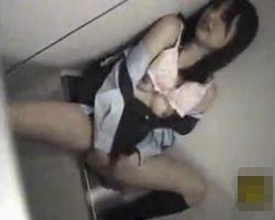 【オナニー隠撮】昼休憩中にトイレでオナってた同僚OLをこっそり隠し撮り