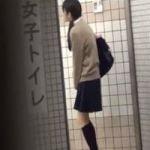 【小便隠撮】トイレに入れない!オシッコを我慢し続けた女子校生の末路ww