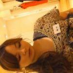 【胸チラ隠撮】雰囲気ベ●キー似の美人ショップ店員の胸元に迫る
