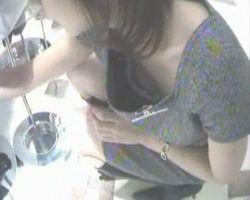 【胸チラ隠撮】親身になって接客してくれるショップ店員さんは前屈みになるたび胸がチラリ