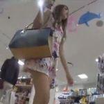 【パンチラ隠撮】臨場感ハンパない!ショッピング中の若い女性たちを追跡隠し撮り!