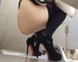 【小便隠撮】女子トイレ潜入隠撮!臨場感あふれる隠し撮り