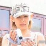 【胸チラ隠撮】子供の撮影に夢中になるギャルママは超至近距離の隠しカメラにも気付かない!