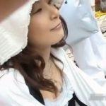 【胸チラ隠撮】日焼け対策バッチリの雅な奥様ですが胸元のガードはユルユルでした