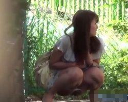 【小便隠撮】野ション観察 周りにバレないかしきりにキョロキョロしながらオシッコするお姉さん