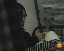 【オナニー隠撮】女性宅のベランダに侵入!携帯エロサイトで興奮した女の子がオナニーし始めた!