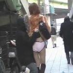 【悪戯隠撮】通行人がいてもお構いなし!街角強襲スカートめくり!【痴漢隠撮】