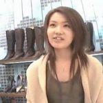 【胸チラ隠撮】ショップ店員が一瞬屈んだ瞬間を逃さず確実に乳首を捉えるカメラワークがもはや職人芸