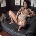 【オナニー隠撮】女子力高い系女性のマン喫オナニー隠し撮り 興奮した勢いでソファに潮ブシャー!後始末する姿が切ないw